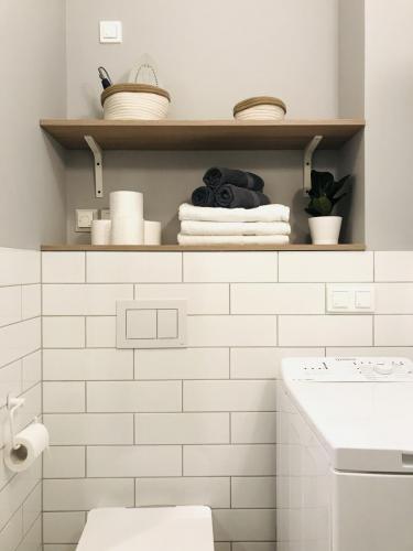 MARYNARSKA2 /4 łazienka (wyposażona w pralkę)