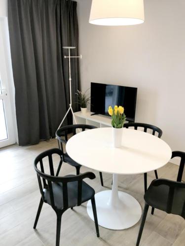 MARYNARSKA2 /4 salon z TV i przestrzenią jadalnianą